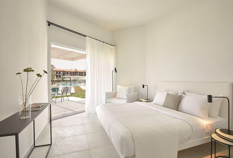 Izba s výhľadom na bazén v hoteli Pella Beach Grecotel Premium Resort