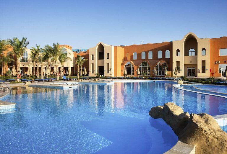 Bazén pred hotelom Novotel Marsa Alam