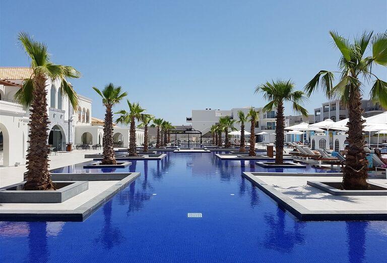 Bazén a palmy v areáli hotela Anemos Luxury Grand Resort