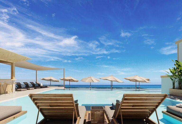Ležadlá pri bazéne v hoteli Atermono Boutique Resort