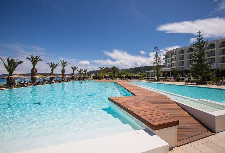 Mólo nad bazénom hotela Sentido Ixian All Suites