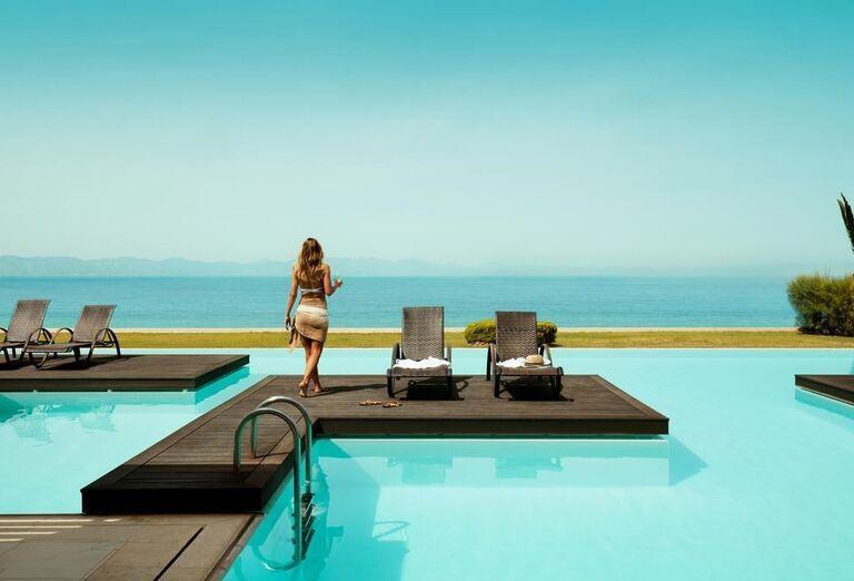 Žena na móle nad bazénom v hoteli Sentido Ixian All Suites