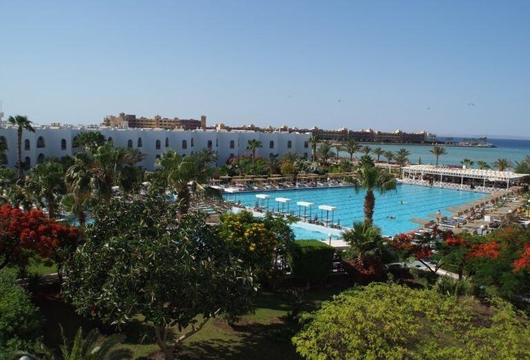 Bazén v areáli hotela Arabia Azur