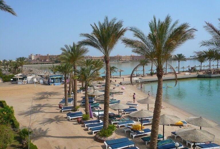 Pláž pred hotelom Arabia Azur