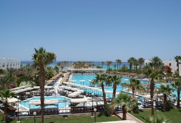 Komplex bazénov s palmami v hoteli Arabia Azur