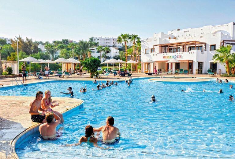Pohľad od bazéna na hotel Domina Coral Bay Oasis