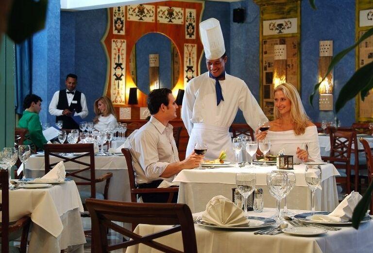 Kuchár pri večeri mladého páru v hoteli Iberostar Dominicana