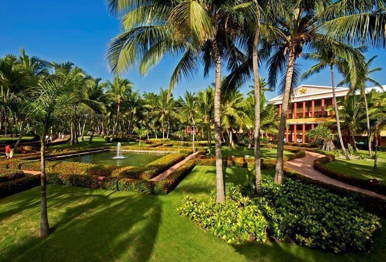 Záhrada s jazerom a fontánou v hoteli Iberostar Dominicana