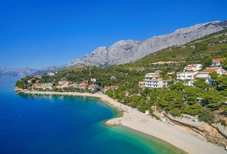 Pohľad na pláž a hotel Vila Viskovič
