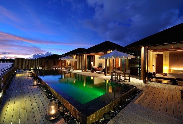 Večerný oddych pri bazéne hotela Paradise Island Resort & Spa
