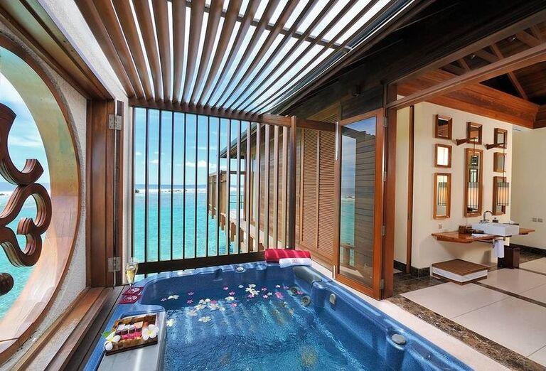 Vírivka s výhľadom na more v hoteli Paradise Island Resort & Spa