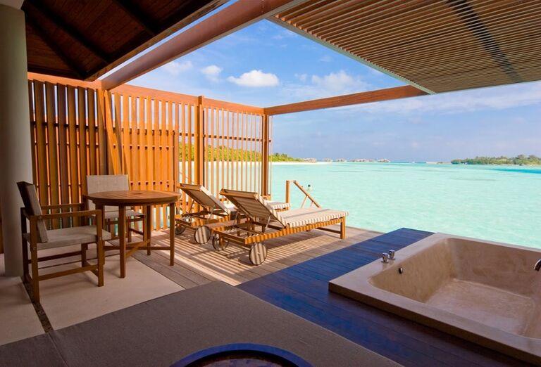Vstup do mora z terasy v hoteli Paradise Island Resort & Spa