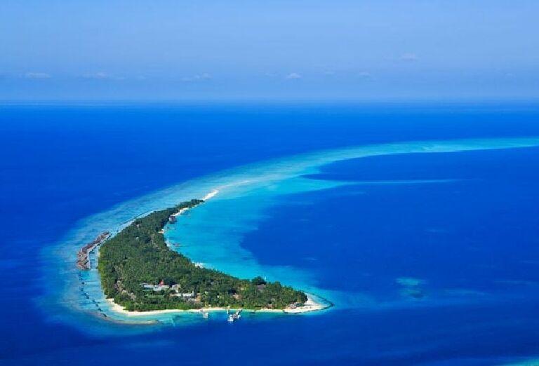 Pohľad z výšky na ostrov  s hotelom Kuramathi Island