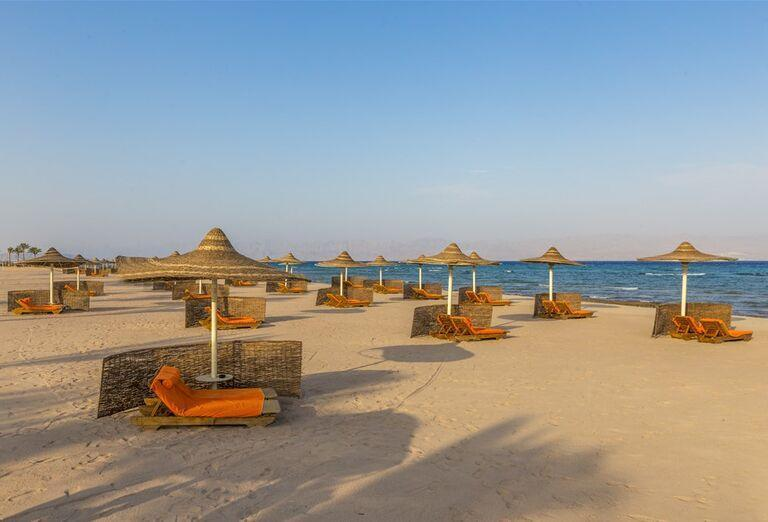 Pláž pred hotelom The Bayview Taba Heights Resort