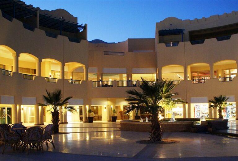 Večerný pohľad na hotel The Bayview Taba Heights Resort