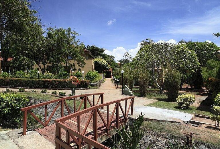 Hotel Club Palm Bay - záhrada a mostík