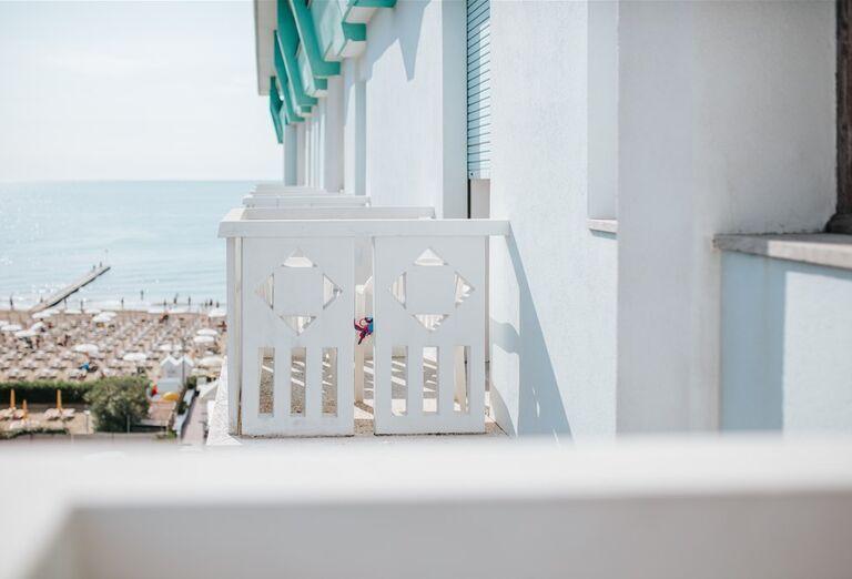 Výhľad z balkóna na pláž pred hotelom Capitol