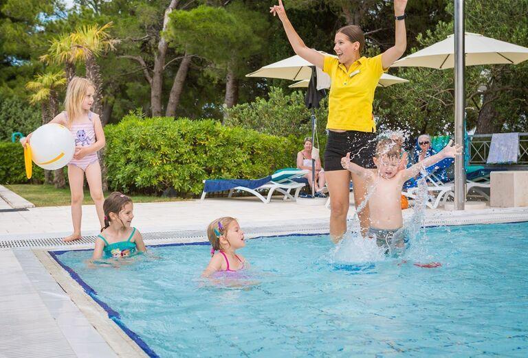 Animátorka s deťmi v bazéne