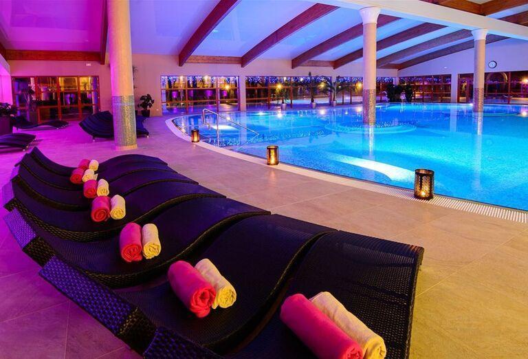 Ležadlá pri bazéne v Hoteli & Spa Resort Kaskády