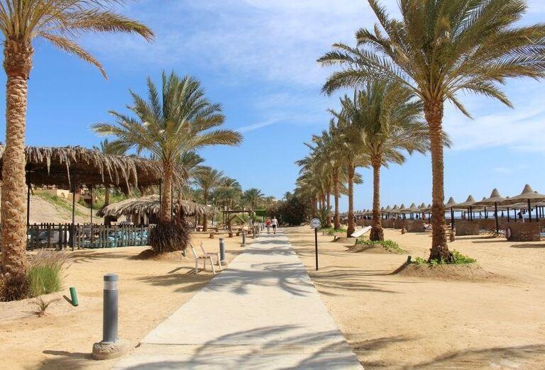 Široká pláž pred hotelom Steigenberger Coraya Beach