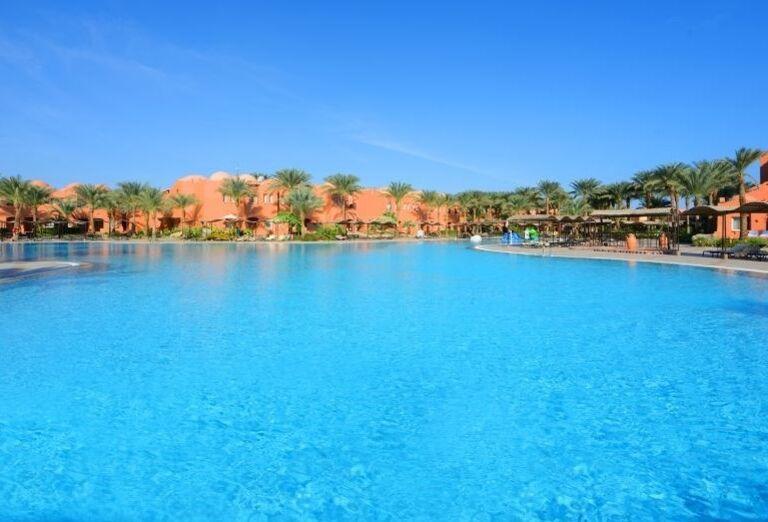 Pohľad od bazéna na hotel Jaz Makadi Oasis Resort