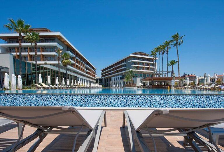Pohľad od ležadiel na bazén a hotel Barut Acanthus & Cennet