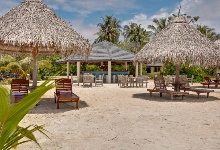 Oddych na lehátkach pred hotelom Sun Island Resort & Spa
