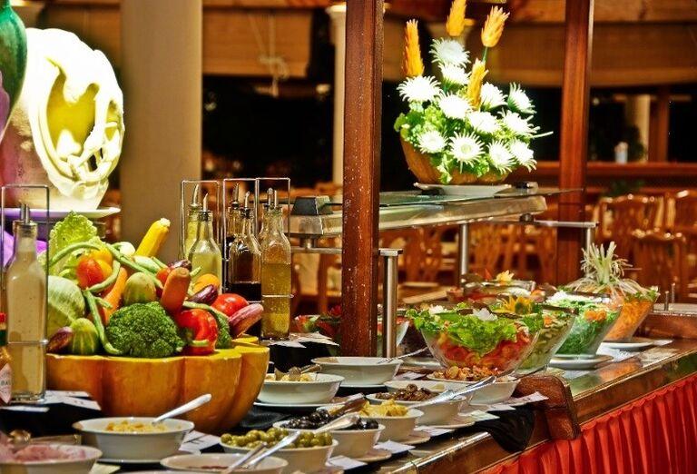 Chutné švédske stoly v hoteli Sun Island Resort & Spa