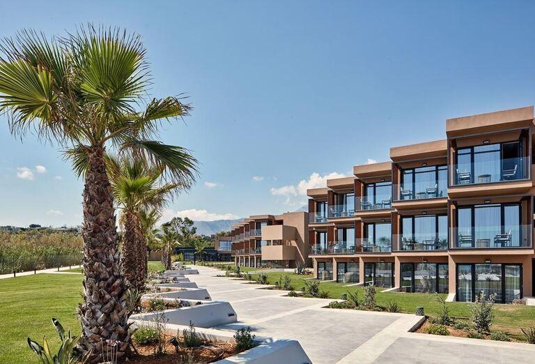 Bočný pohľad na hotel La Mer Resort & Spa
