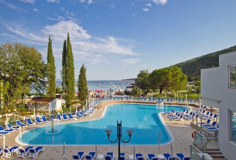 Bazén pred hotelom Mimosa / Lido Palace