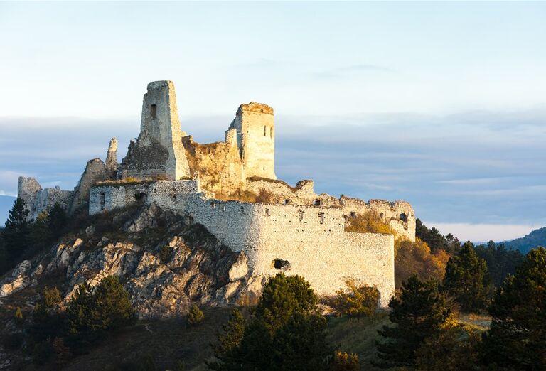 Cesta po čarovných hradoch - Beckov, Trenčín, Čachtice, poznávací zájazd