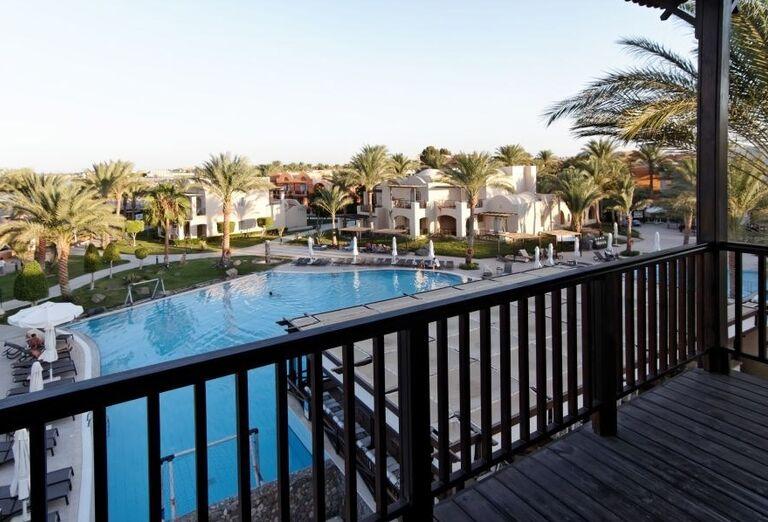 pohlad na bazen z terasy, Jaz Makadina, Egypt