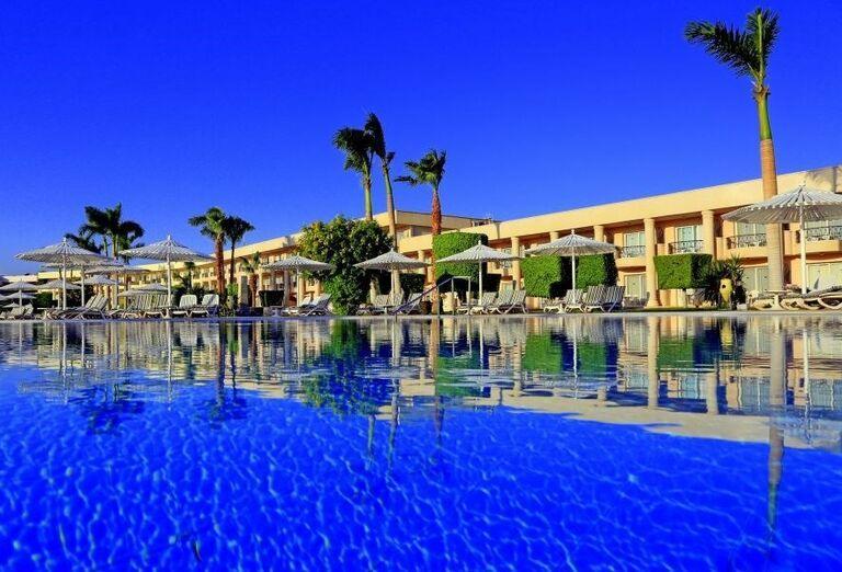 Pohľad od bazéna na časť hotela Labranda Royal Makadi