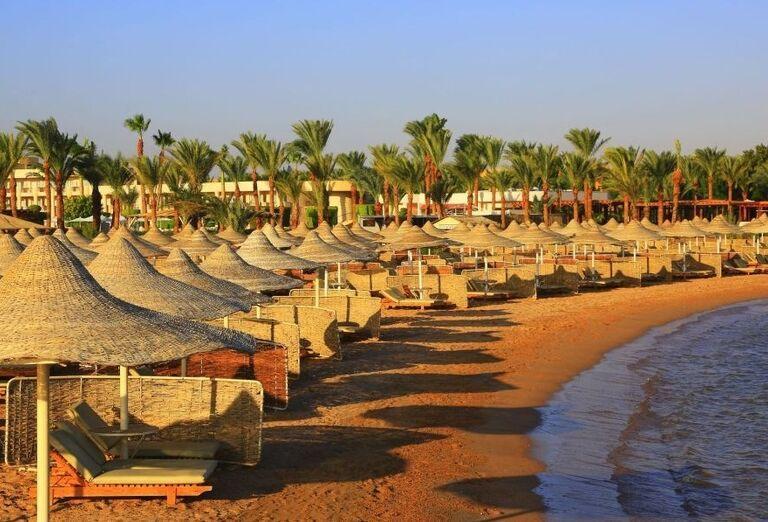 Pláž s lehátkami hotela Labranda Royal Makadi