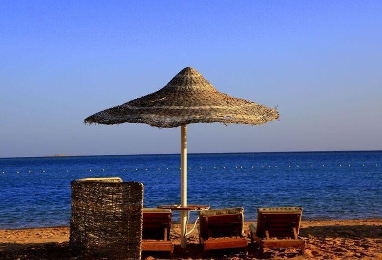 Pohľad z pláže na lehátka a more pred hotelom Labranda Royal Makadi