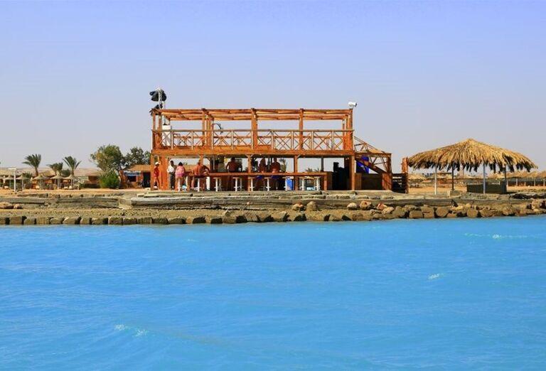 Pohľad od bazéna na bar hotela Labranda Royal Makadi