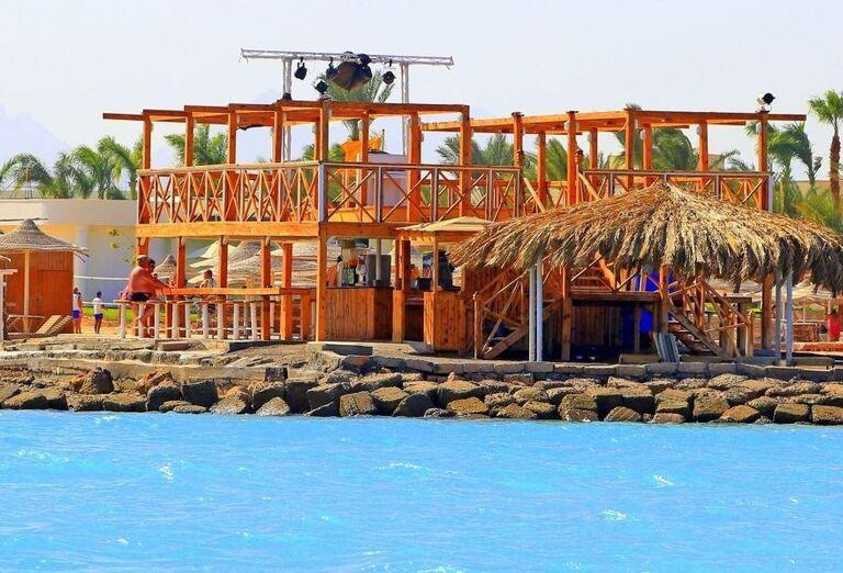 Lobby bar pri bazéne hotela Labranda Royal Makadi