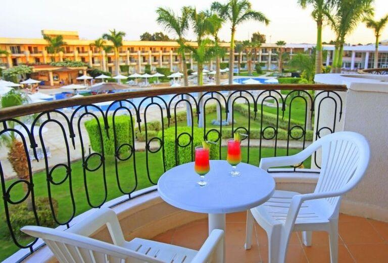Výhľad z terasy na bazén a časť hotela Labranda Royal Makadi
