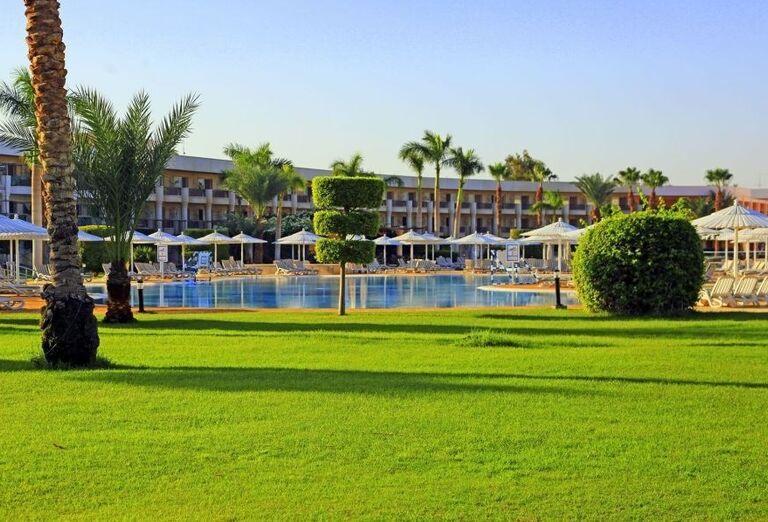 Pohľad z trávnika na hotel Labranda Royal Makadi