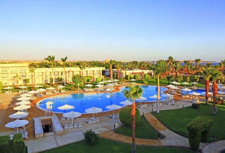 Pohľad z výšky na hotel Labranda Royal Makadi s bazénom