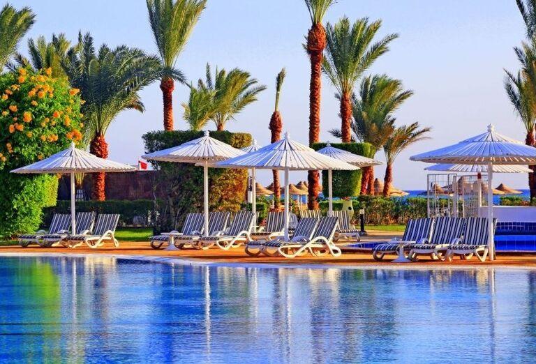 Pohľad od bazéna na lehátka pred hotelom Labranda Royal Makadi