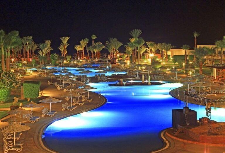 Večerný pohľad na bazén hotela Labranda Royal Makadi