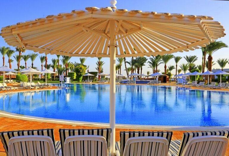 Relax pri bazéne hotela Labranda Royal Makadi