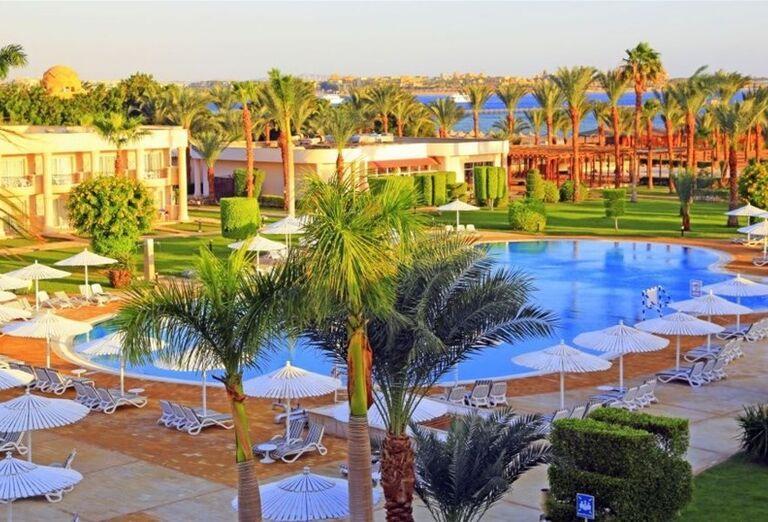 Pohľad z výšky na palmy pri bazéne v hoteli Labranda Royal Makadi