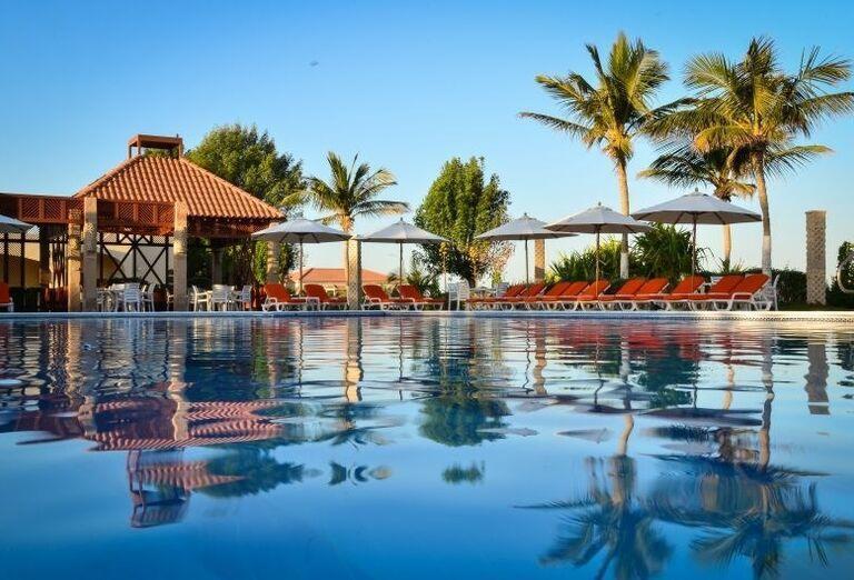 Oddych pri bazéne v hoteli Umm Al Quwain Beach Hotel