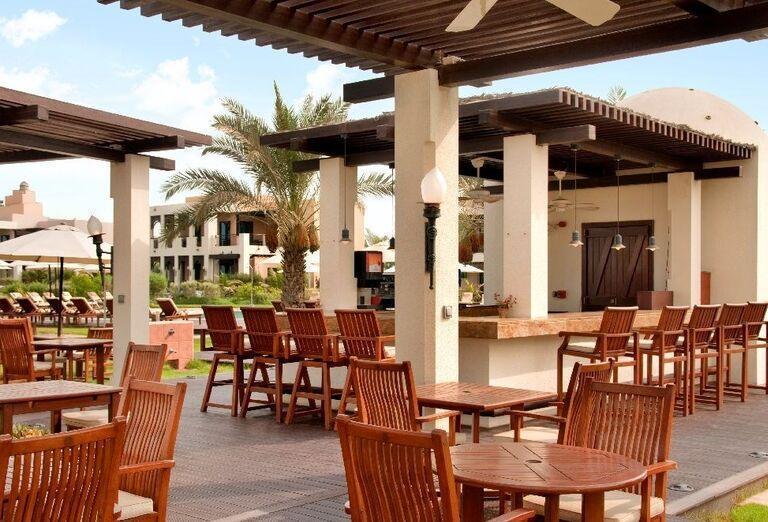 Sedenie vonku v areáli hotela