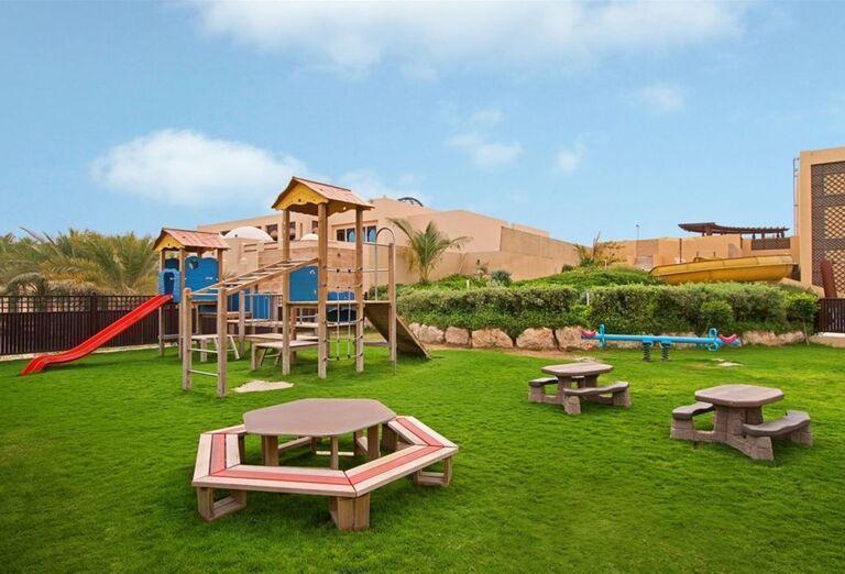 Deti sa môžu zabaviť na ihrisku v záhrade
