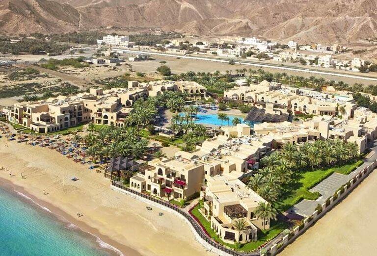 Hotelový komplex s bazénom obklopený horami - Hotel Iberotel Miramar Al Aqah Beach Resort