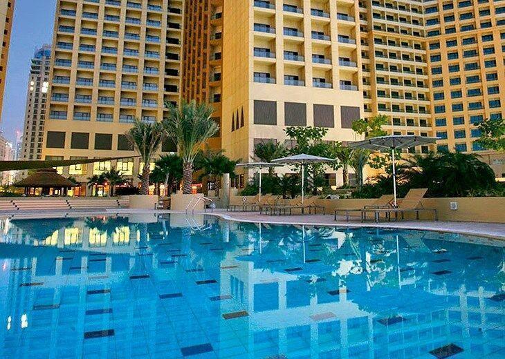 Pohľad na hotel Amwaj Rotana Jumeirah Beach Residence s bazénom