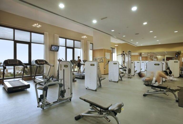 Hotel Amwaj Rotana Jumeirah Beach Residence klientom ponúka možnosť zacvičiť si vo fitnescentre